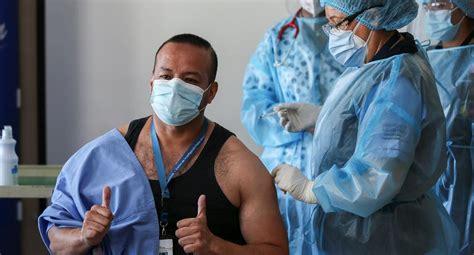 La vacunación se da a partir de las 08:00 horas , todos los días de la semana, o sea, de lunes a domingo en cada uno de los. Coronavirus   Ecuador comienza la vacunación contra la covid-19 en un hospital de Quito   NNDC ...