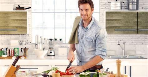 cuisine homme 10 bonnes raisons de sortir avec un mec qui cuisine bien cuisine az