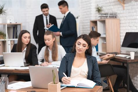 ufficio sta lavoro nella donna attraente swirles dell ufficio in sedia nei