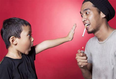Wanita Menyusui Di Tempat Umum Jauhkan Anak Dari Bahaya Asap Rokok
