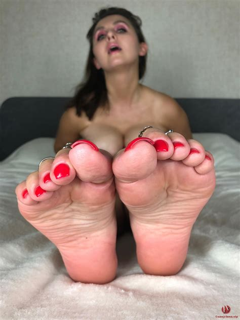 Sexy Lena Seductively Teases With Sexy Nude Feet