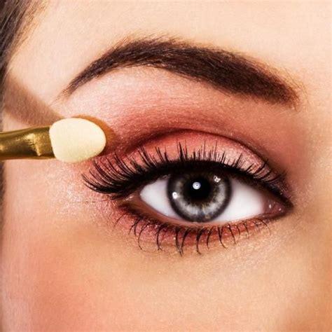 Comment maquiller des yeux enfoncés 7 étapes