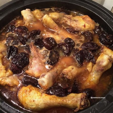 cuisiner des pilons de poulet tajine de poulet aux pruneaux a table avec