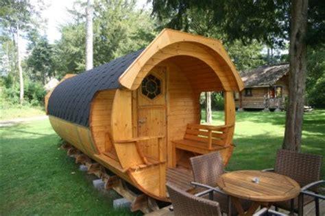 chambres dans les arbres dormir dans une cabane nuit insolite dans un tonneau