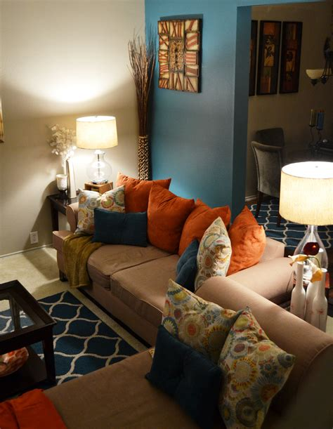 Teal Living Room Walls by Living Room Neutral Walls With Teal Or Orange Accent Wall
