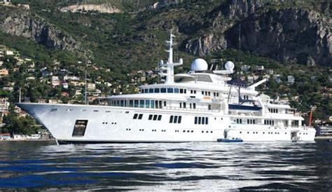 billionaires  foot mega yacht demolishes coral reef