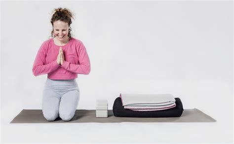 yin yoga schmetterlings position womanat