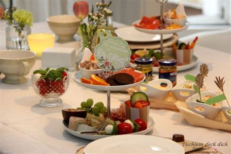 Sonntagsfrühstück  Leckereien Auf Der Porzellanetagere