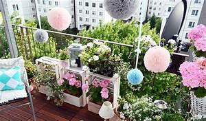 Kleiner Balkon Einrichten : kleiner balkon pflanzen holzkisten beistelltisch sichtschutz pompoms balkon balkon balkon ~ Orissabook.com Haus und Dekorationen