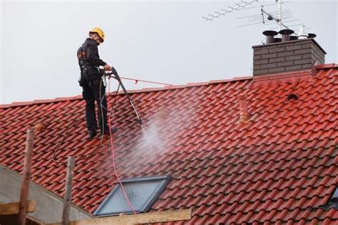 comment demousser toiture d 233 moussage toiture guide complet prix 2018 comment