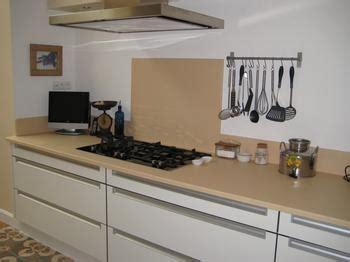 meuble cuisine couleur vanille plan de travail de cuisine en lave émaillée couleur