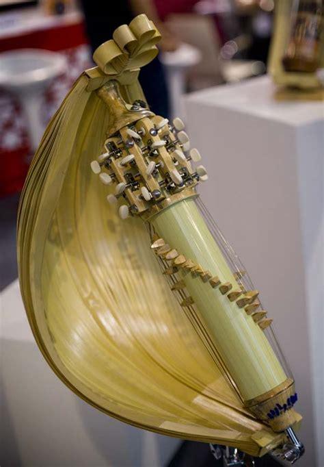 Bukan hanya alat musik, di setiap daerah bisanya juga mempunyai lagu daerah, pakaian adat dan juga seni tari yang menjadi ciri khas daerah. rmfuniworks blog: Musik Tradisional Indonesia