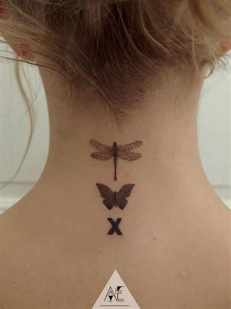 tatouage femme discret nuque  papillons une croix