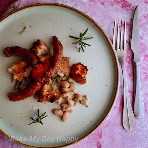 Tavë me salçiçe dhe fasule të bardha - Bake My Day Happy