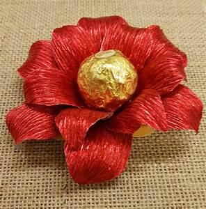 Fiore natalizio fatto con carta crespa per servire i dolci