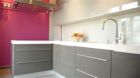 cuisine grise plan de travail blanc une cuisine longiligne bien pensée inspiration cuisine