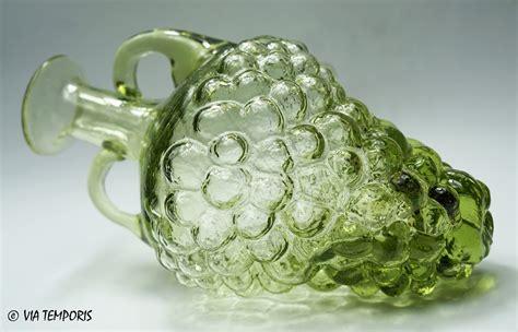 meuble sous 騅ier cuisine verre gallo bouteille en forme de grappe de raisin verte via temporis