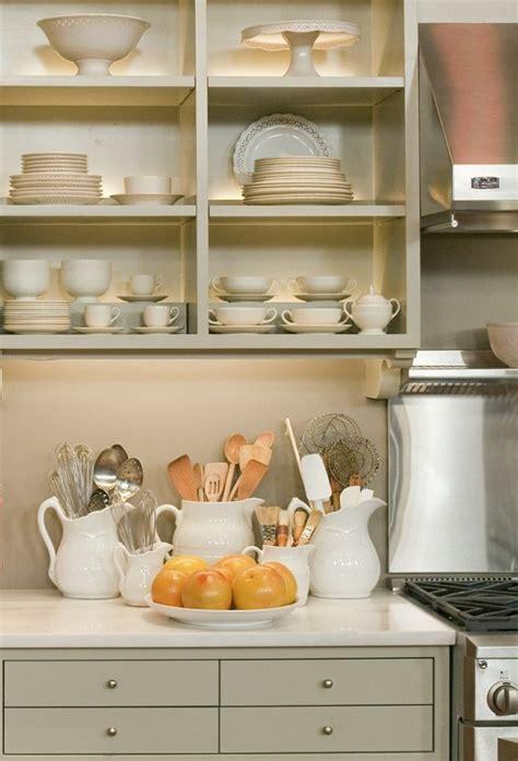 meuble cuisine couleur taupe idée décoration cuisine avec rangements ouverts