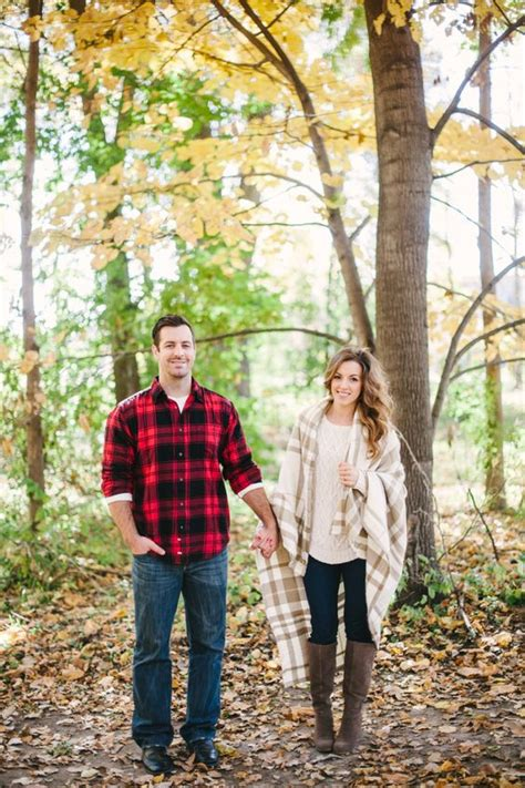 12 Cozy And Sweet Fall Engagement Photo Shoot Ideas