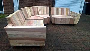 Diy pallet sofa with fancy curves 101 pallet ideas for Building a pallet sectional sofa