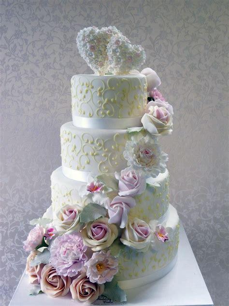 hochzeits torte cottage torte mit zuckerblueten auf jade