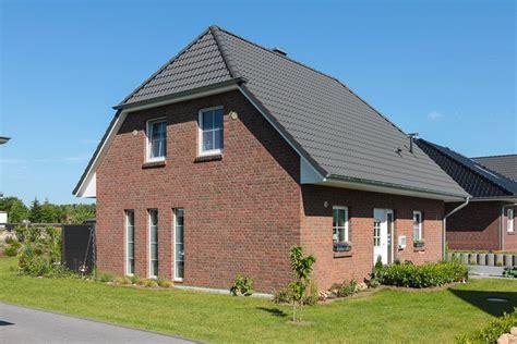 Moderne Häuser Mit Krüppelwalmdach by Klassisches Einfamilienhaus Mit Rotem Klinker Und