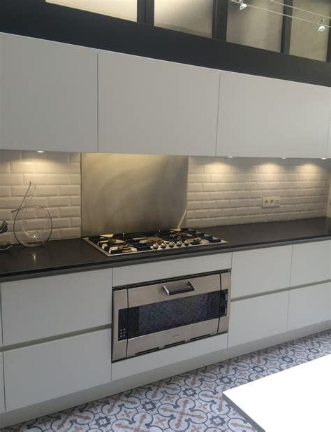 fabricant cuisine italienne cuisine coloris blanc mat et plan de travail granit noir