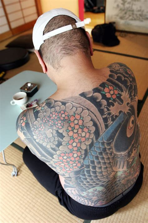 japanese yakuza boss caught  tattooed   viral