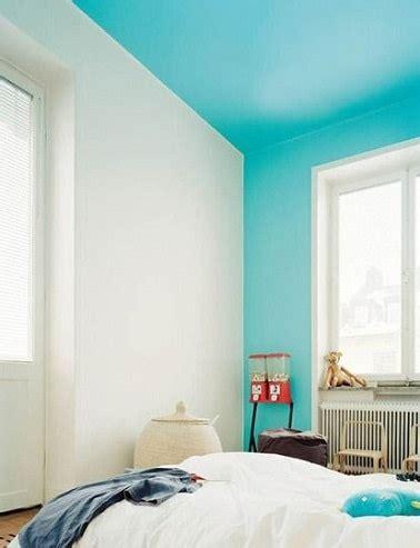 peinture plafond chambre repeindre un plafond en bleu ciel dans une chambre