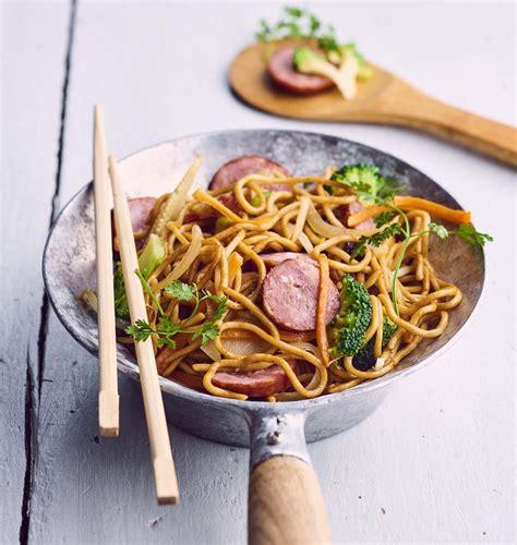 cuisine au wok poulet wok de nouilles sautées à la saucisse de montbéliard les