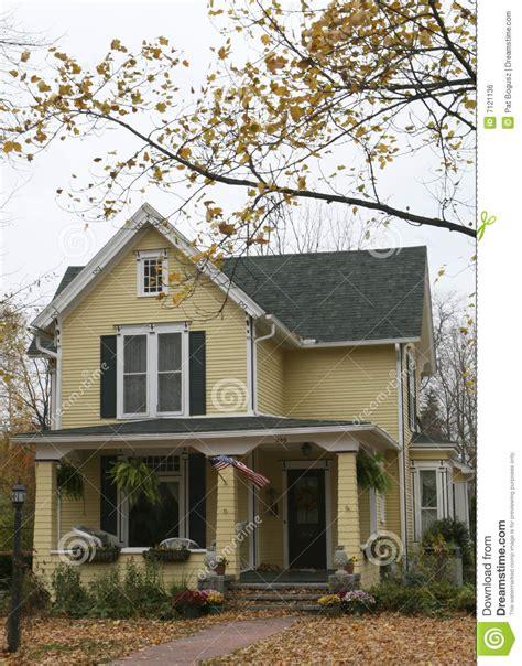 Typisches Amerikanisches Haus by Amerikanisches Haus Lizenzfreies Stockbild Bild 7121136