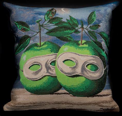 housse de coussin rene magritte les pommes masquees