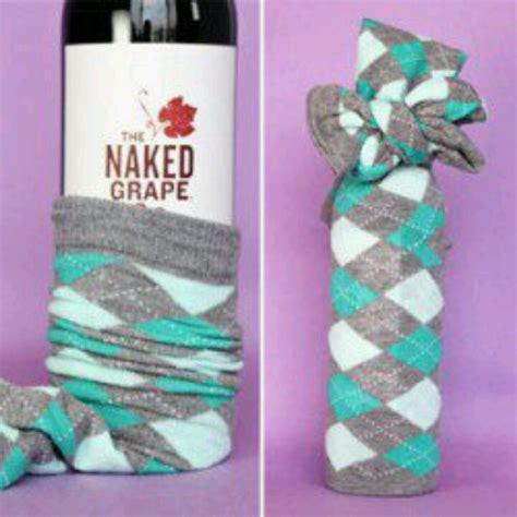 christmas gift ideas with socks creatief cadeau inpakken voor een socks wine and gift