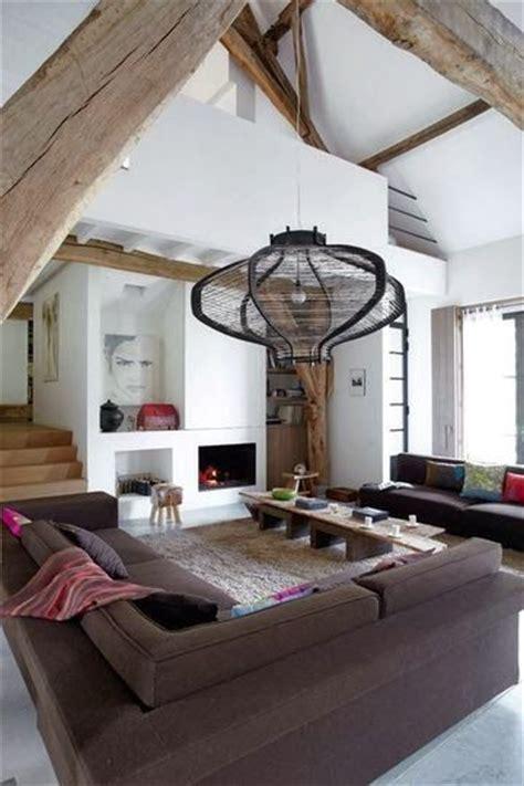 hauteur sous plafond poutres apparentes beaucoup d espace pour ce salon salons