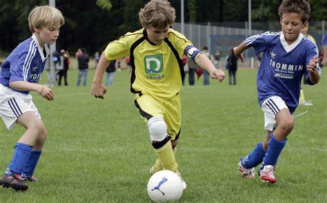 A football, a soccer ball. Fussball: Beweglichkeit und Schnelligkeit vor Ausdauer » mobilesport.ch