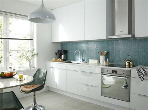 cuisine blanche et bleue je fonds pour une cuisine bleue décoration