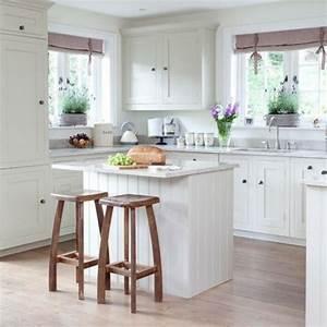 Kleine Küche Einrichten : wei e kleine k che einrichten h lzerne barhocker k che ~ Lizthompson.info Haus und Dekorationen