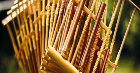 Alat musik ini termasuk dalam jenis lamelafon atau idiofon.biasanya dibuat dari bahan pelepah aren atau dari bambu.karinding menurut bahasa sunda teridiri dari kata ka ra da hyang yang artinya dengan diiringi oleh doa sang maha kuasa. Alat Musik Yang Berasal Dari Jawa Barat Adalah - Berbagai Alat