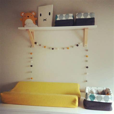 mandjes babykamer commode babykamer aangekleed met okergeel en zelfgemaakte