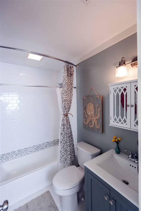 Ideas For Small Bathrooms Makeover by 1000 Ideas About Small Bathroom Makeovers On