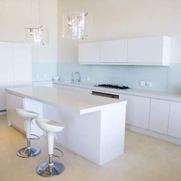 meuble de cuisine suspendu petits espaces tout suspendre pour gagner de la place