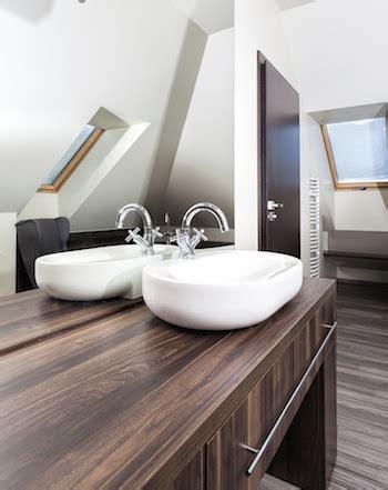 Sehr Kleines Bad Mit Schräge by Wie Wird Aus Einem Kleinen Badezimmer Mit Schr 228 Eine