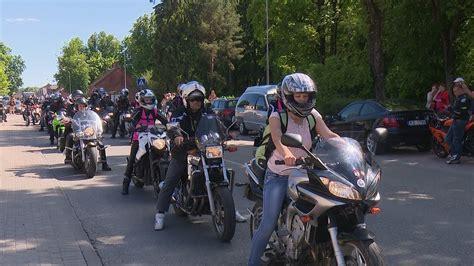 Jēkabpilī pulcējas vairāki simti motociklistu - YouTube