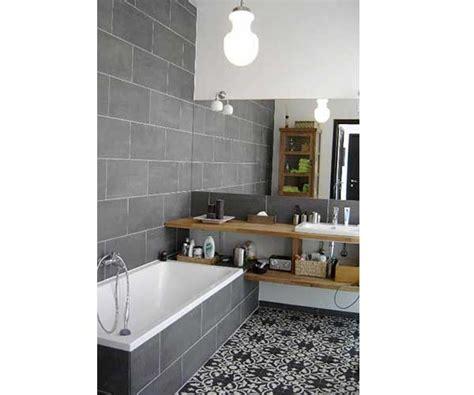carreaux de ciment motifs traditionnels dans salle de bain
