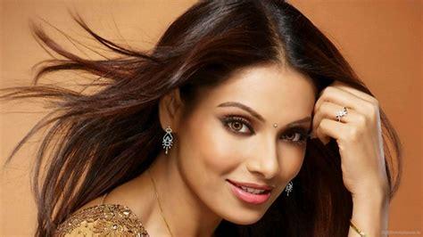 actress kiss fb bipasha basu in smiley hd wallpapers