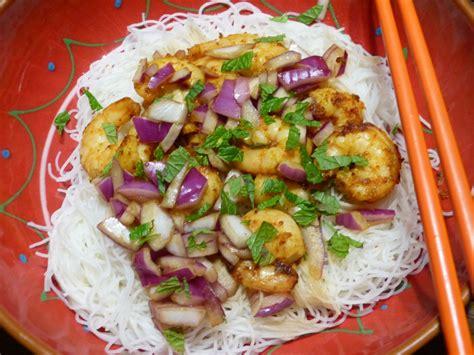 cuisine thailandaise facile on part en voyage avec cette salade thaï aux crevettes