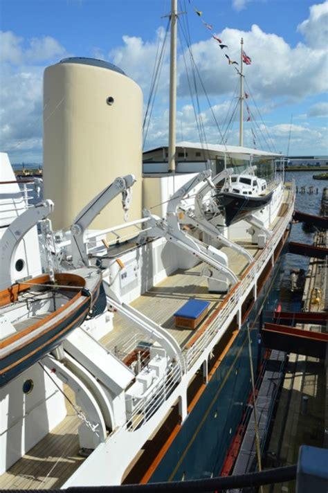Cielo azzurro con qualche nuvola sparsa. Visitare lo Yacht Britannia ad Edimburgo