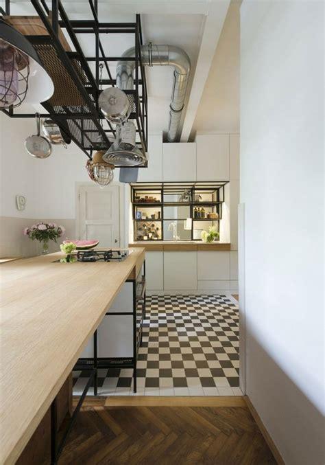 parquet dans la cuisine parquet chevron et cuisine bois et blanc dans un appartement