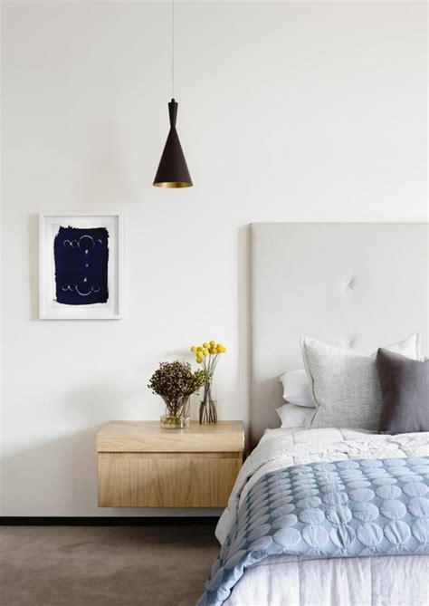 chambre sous combles couleurs installer une table de nuit suspendue près de lit