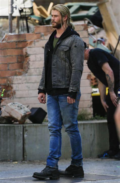 tom hiddleston  chris hemsworth  costume  set